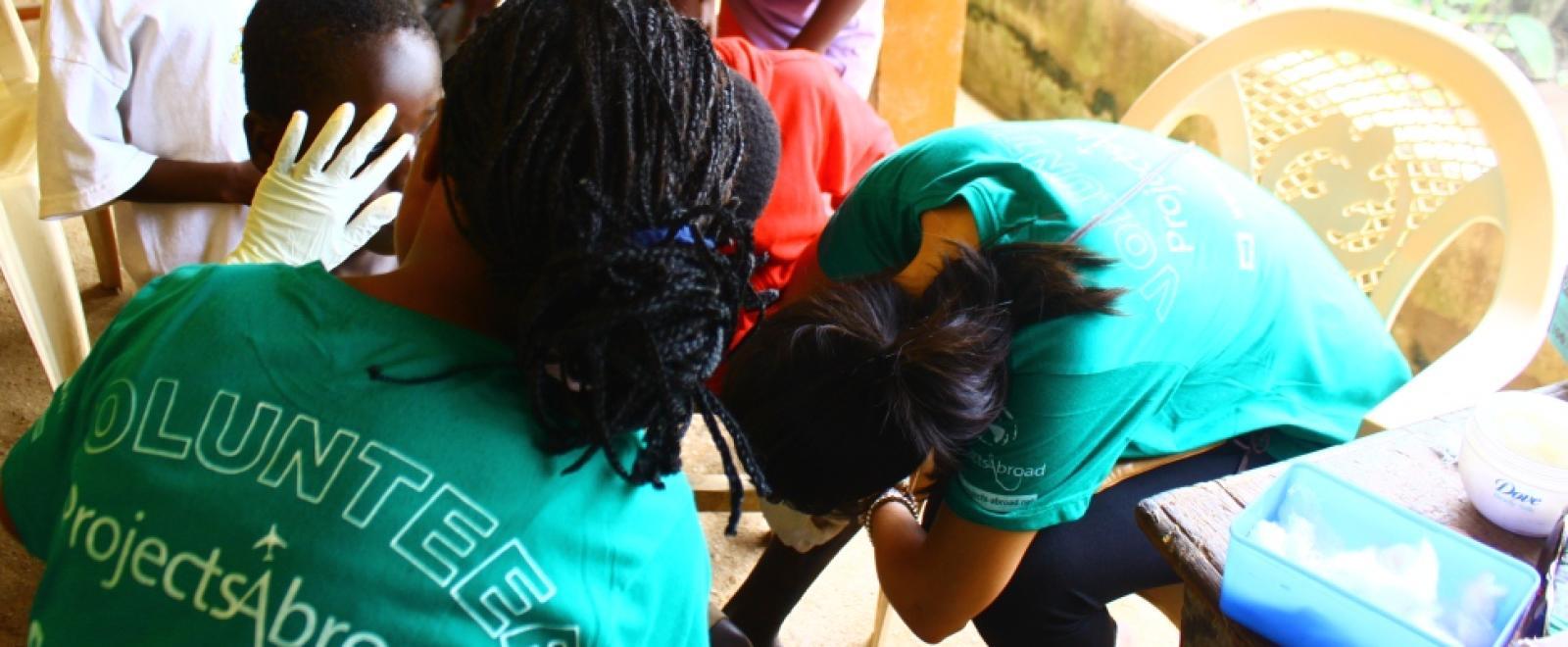 ガーナの学校に基礎ヘルスケアを届ける看護インターンたち
